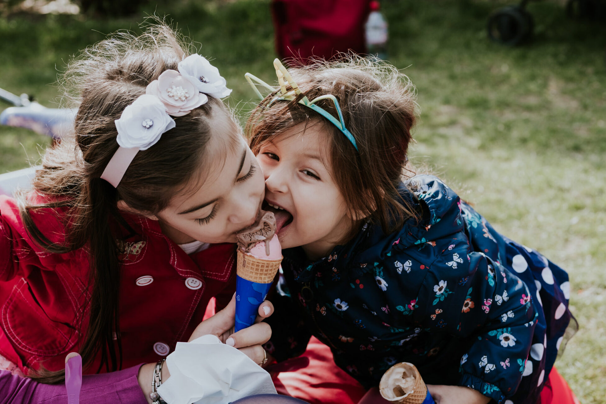 two little girls sharing an icecream during a family photo session